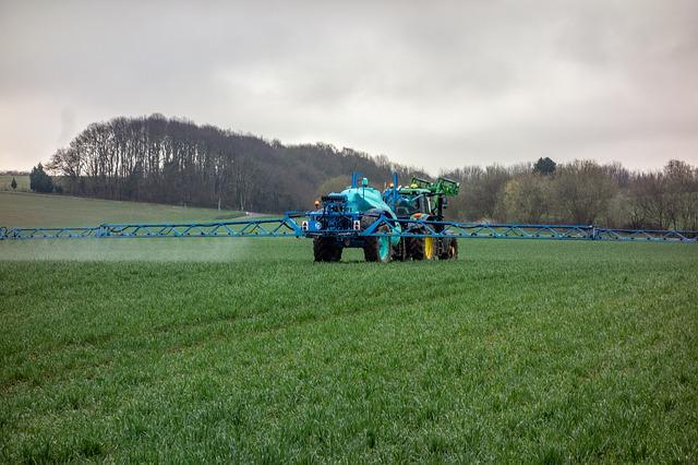 Tractor aplicando productos agrícolas a una plantación
